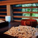 【星のや軽井沢周辺】緑に囲まれたテラスで信州そば「川上庵」