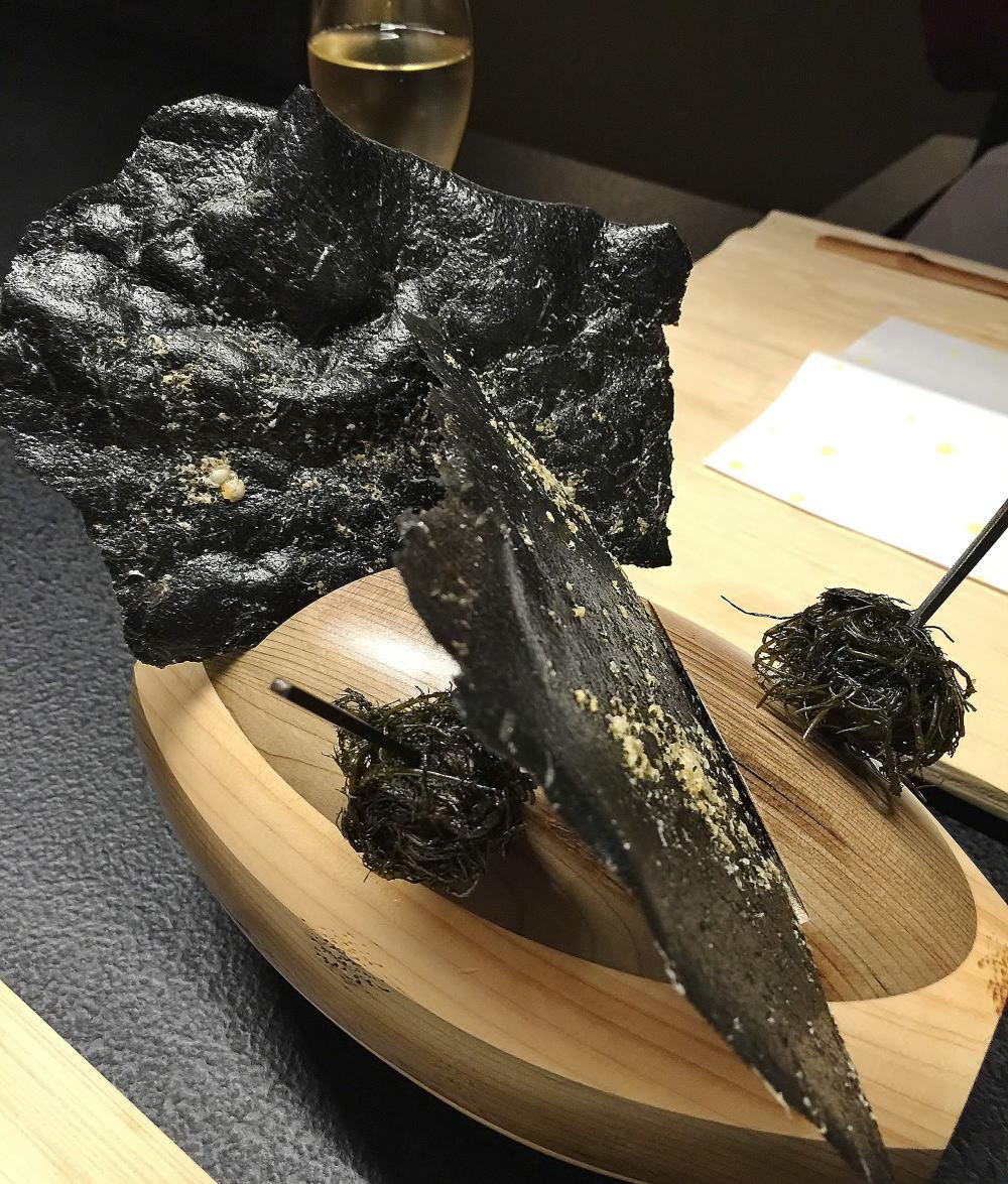 星のや東京 前菜 竹炭と魚の骨せんべい
