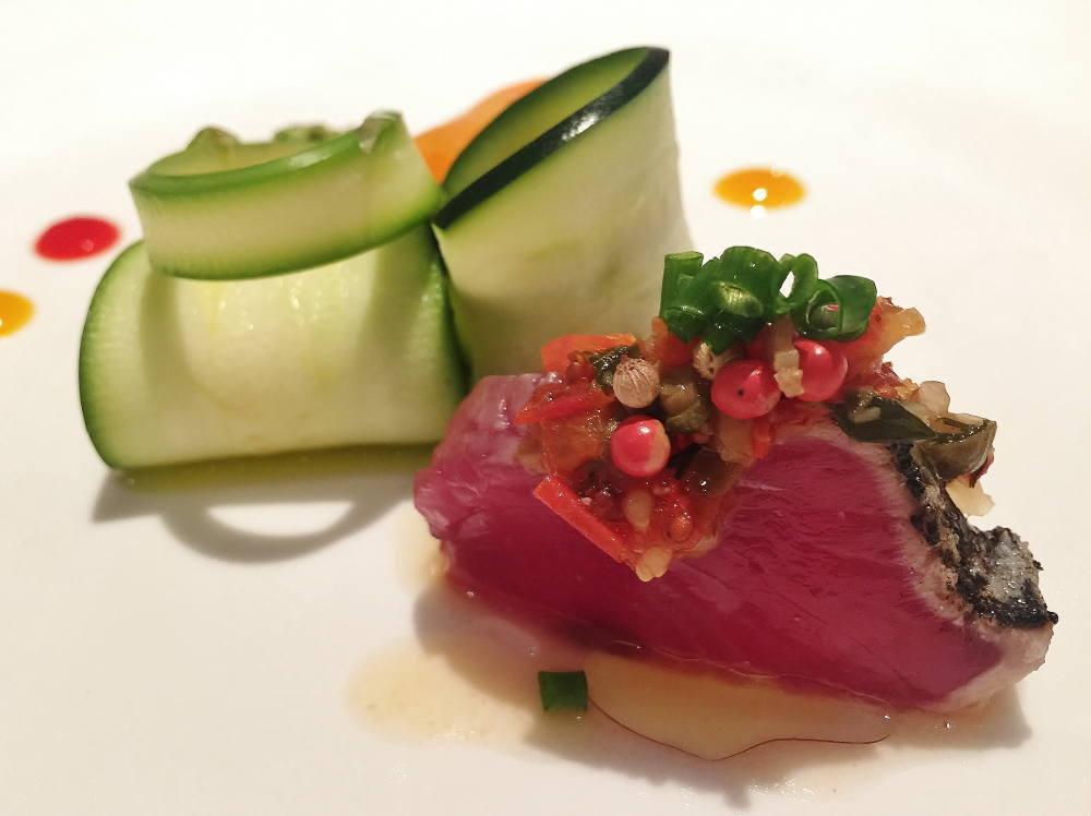 鰹の温かいカルパッチョ 旬野菜と3色のソース