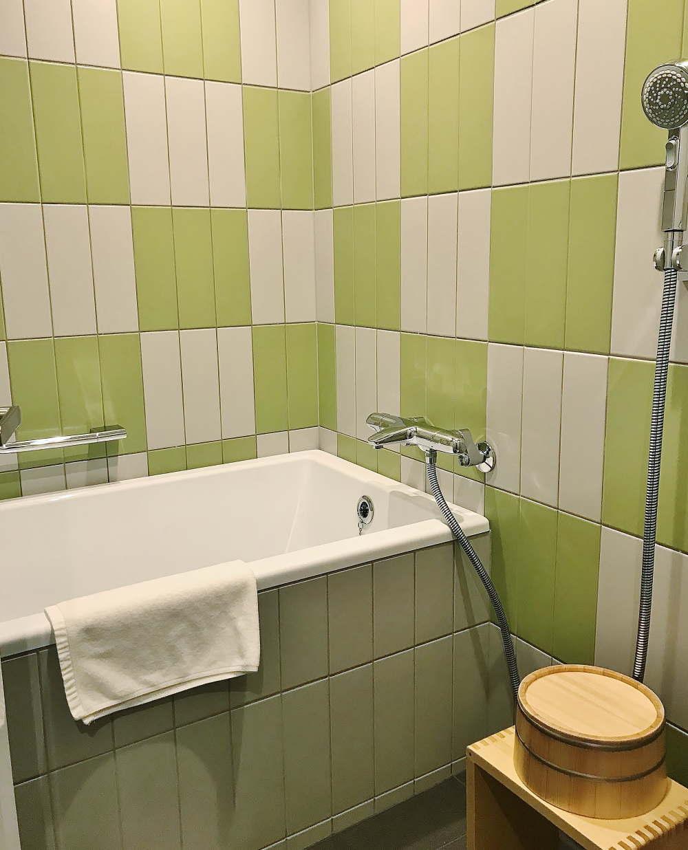 OMO5 お風呂の様子 市松模様のタイル