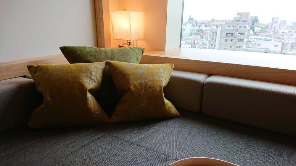 OMO5東京大塚 客室のソファーベッドと景色