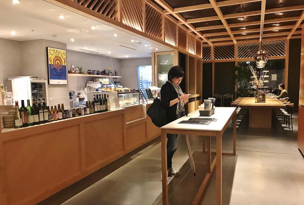 星野リゾートOMO5東京大塚 カフェの様子