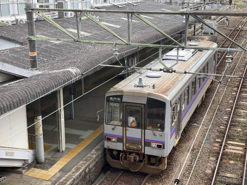 厚狭駅にとまる長門市行きの電車